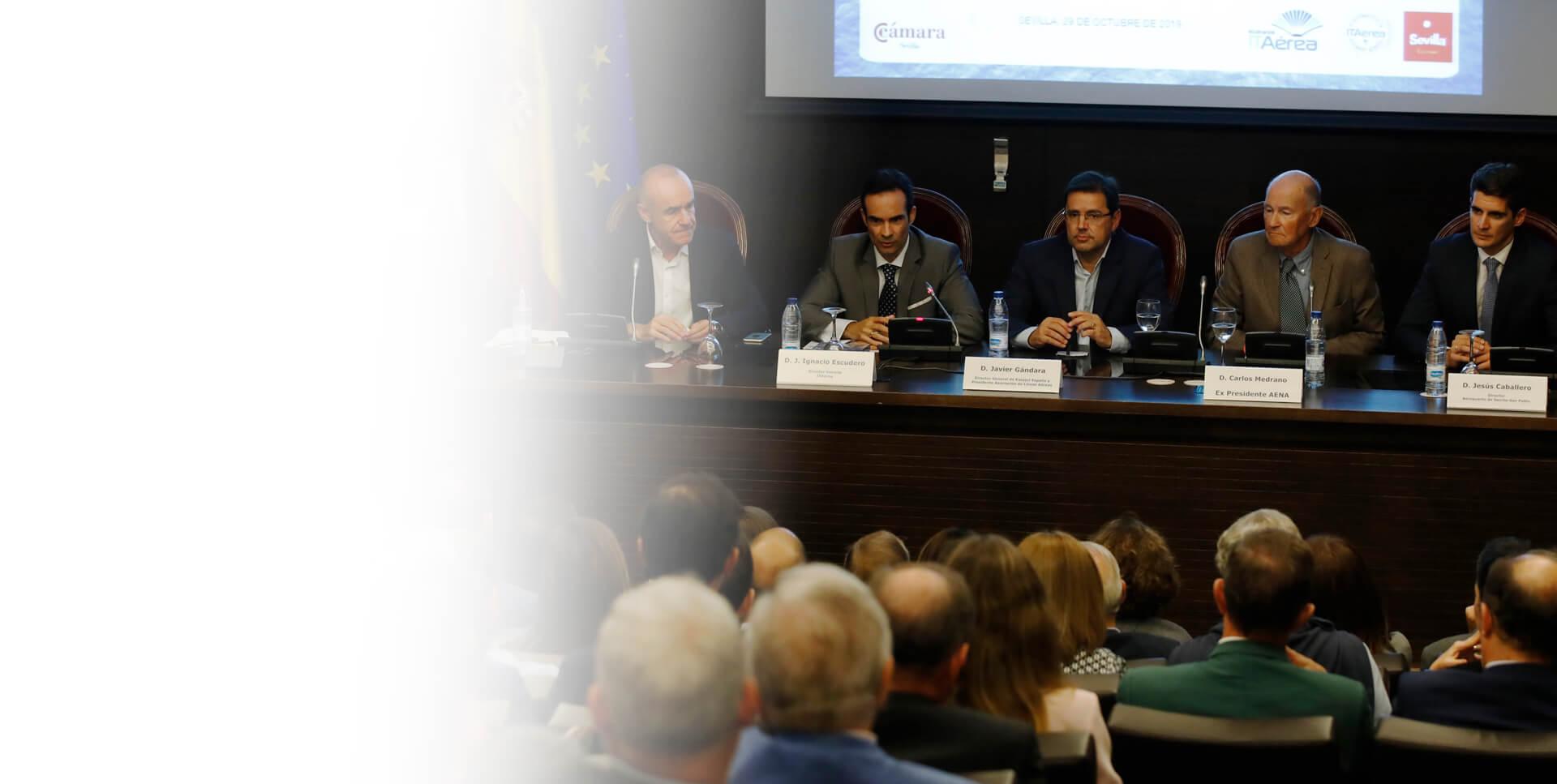 <span class='negritaslide'>Presentado en Sevilla el nuevo <br />libro de Javier Gándara.</span>
